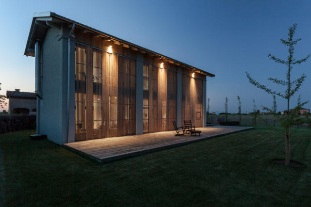 地震で損傷した納屋を快適でミニマルな住宅にリノベーションし、開放的にしたイタリアのARCHIPLANによるCASA EFFE-E_12