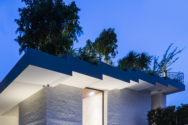 ベトナムのホーチミンとハノイにオフィスを構える設計事務所Vo Trong Nghia Architectsによる屋上に植物を植えて都会で自然が感じられるHoan House_3