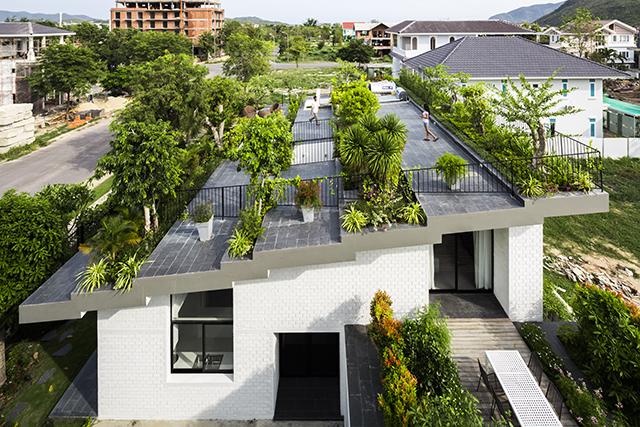 ベトナムのホーチミンとハノイにオフィスを構える設計事務所Vo Trong Nghia Architectsによる屋上に植物を植えて都会で自然が感じられるHoan House_2