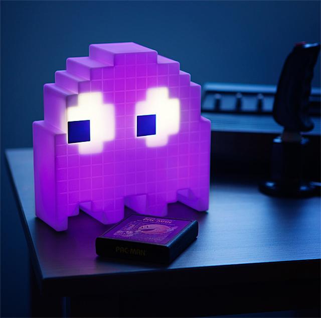 パックマンの敵であるゴーストの形をしたUSBランプ「Pac-Man USB Ghost Lamp」の紹介です。16のカラーバリエーションがありシームレスに変化するオンモードと、音感センサーが周囲の音に反応して光りだすパーティーモードを搭載。音楽に合わせてゴーストの色が変わります。アメリカのサイトthink geekにて購入可能2