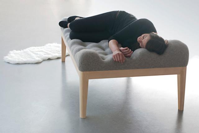 デザイナーのStefanie Schisslerさんが製作した「Kulle Daybed」は、まるで石を集めて作ったような形のベッド。凸凹の部分が頭や体のカーブにフィットして、ものすごーく気持ちよく昼寝できそうです。