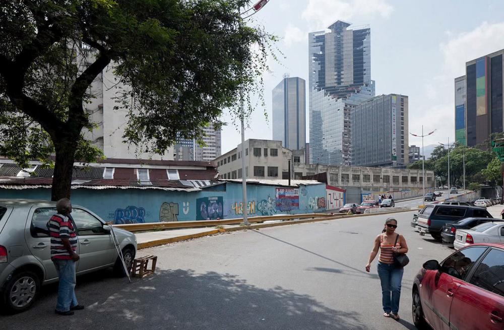 イワン・バーンによるベネズエラのスラム街であるトーレ・デ・ダビのTEDスピーチ_2