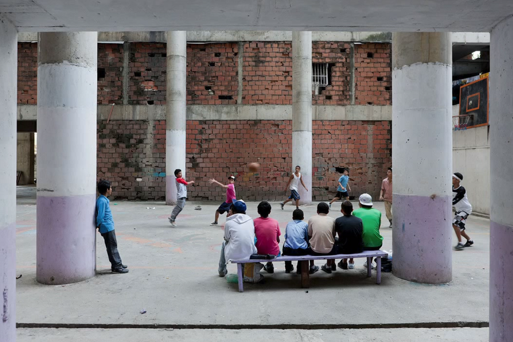 イワン・バーンによるベネズエラのスラム街であるトーレ・デ・ダビのTEDスピーチ_5