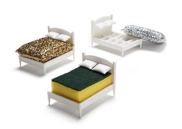 文字通り、スポンジのためのベッドです。彼らは毎日ボロボロになるまで削られる重労働をこなしていますが、キッチンに彼らを癒す芭蕉はありません。そんなのおかしいじゃないか、ということでデザインされたのが、スポンジ専用のベッドという名目のスポンジスタンド「Clean Dreams」です。2