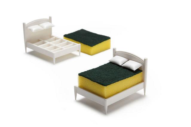 文字通り、スポンジのためのベッドです。彼らは毎日ボロボロになるまで削られる重労働をこなしていますが、キッチンに彼らを癒す芭蕉はありません。そんなのおかしいじゃないか、ということでデザインされたのが、スポンジ専用のベッドという名目のスポンジスタンド「Clean Dreams」です。3