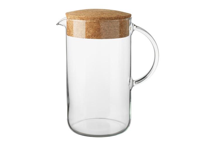 IKEAの「IKEA 365+ ふた付きピッチャー」は、ハンドブレンダーでジュースをつくるときに実はとても便利。大きな容器だと片手で支えるのが大変ですが、これは持ち手が付いているので安心して使えますよ。耐熱ガラスなので、温かい飲みものもOK。