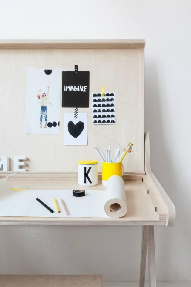 Rafa Kidsの「K desk」は、不必要を全て削ぎ落した洗練された勉強机です。机の蓋自体がカバーとなり、2通りの使い方ができます。一見無機質な机ですが、丸みを帯びたそのデザインからは、子どもがつかうことへの配慮が感じられます。3