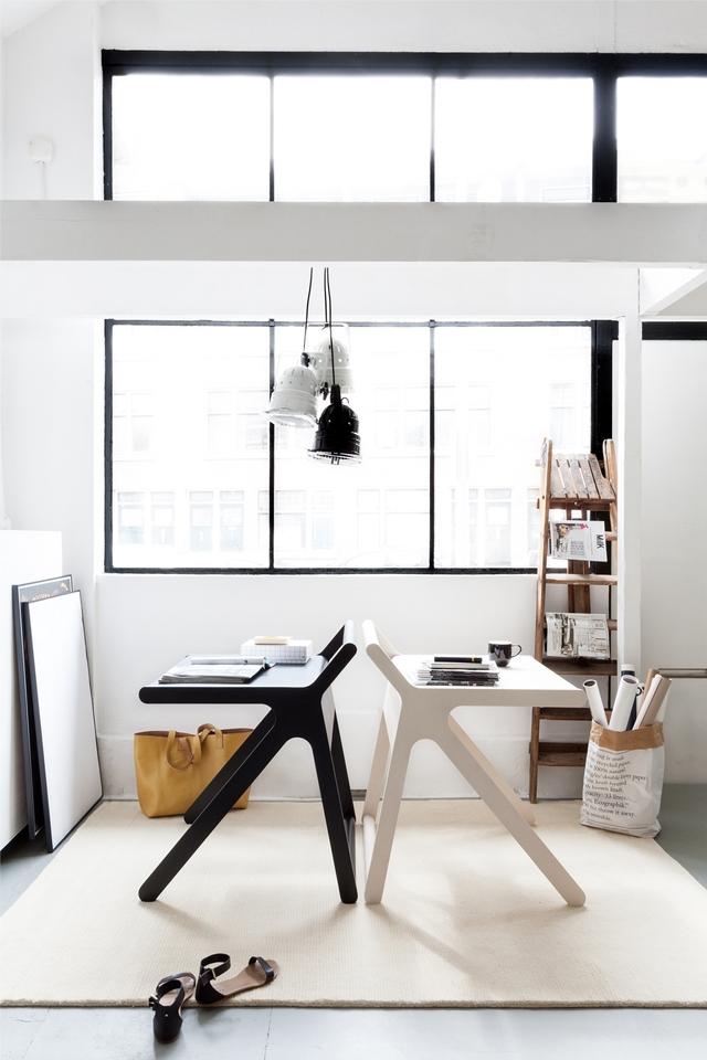 Rafa Kidsの「K desk」は、不必要を全て削ぎ落した洗練された勉強机です。机の蓋自体がカバーとなり、2通りの使い方ができます。一見無機質な机ですが、丸みを帯びたそのデザインからは、子どもがつかうことへの配慮が感じられます。5