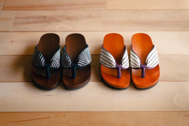 日本の伝統的な履物「下駄」を、このまま廃れさせるワケにはいかない、という想いから生まれた室内履き専用の「ルーム下駄」。室内で履くことよ考慮して6mmのクッション材を採用。床を傷つけず、さらに音まで抑えた優れものです。職人技が光ります。2
