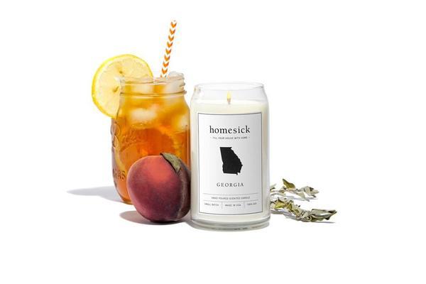 旅先で出会うのは、人やモノだけではありません。その土地の「匂い」も深く印象に残るもの。その思い出の匂いを部屋で再現できるキャンドル「Homesick Candles」をご紹介。全部で30種類もの香りがあります。これはジョージア州