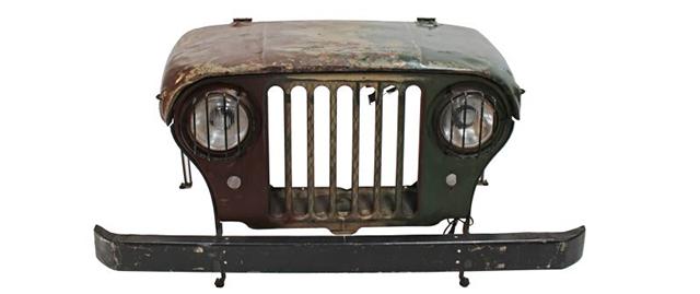 車が大好きで、いつもそばに置きたい人にピッタリのデスクを見つけました。本物のジープのボンネットをリメイクした「Jeep desk」です。廃棄されたジープに、引き出しと脚を付けたら、立派なデスクになりました。1