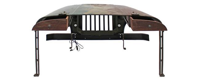 車が大好きで、いつもそばに置きたい人にピッタリのデスクを見つけました。本物のジープのボンネットをリメイクした「Jeep desk」です。廃棄されたジープに、引き出しと脚を付けたら、立派なデスクになりました。2