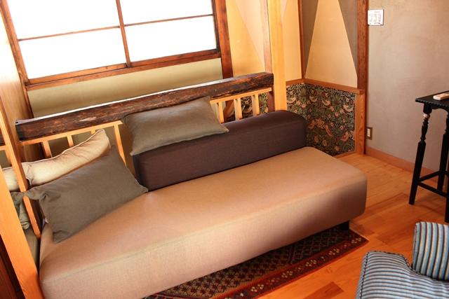 閑静な住宅街と高層ビルが同居する東京都港区高輪にある古民家ホテル「Araiya(あらいや)」は、一流ホテル顔負けのおもてなしが味わえる隠れ家的宿。都会の狭間にひっそりと佇む古民家は、何度も訪れたくなる、不思議な魅力にあふれていました。6