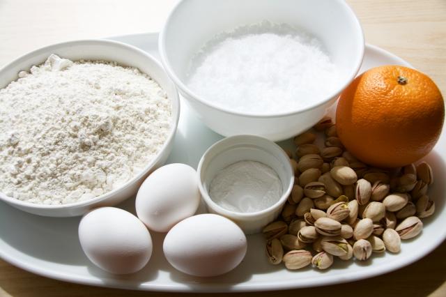 イタリアの焼き菓子「ビスコッティ」にピスタチオとオレンジの皮を加えたレシピの紹介。そのまま食べても、お酒にひたしてもおいしい長期保存可能なお菓子です。毎日の朝食やコーヒーブレイクのお供にも最適。1