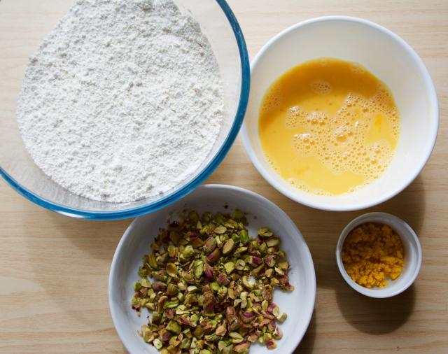 イタリアの焼き菓子「ビスコッティ」にピスタチオとオレンジの皮を加えたレシピの紹介。そのまま食べても、お酒にひたしてもおいしい長期保存可能なお菓子です。毎日の朝食やコーヒーブレイクのお供にも最適。2