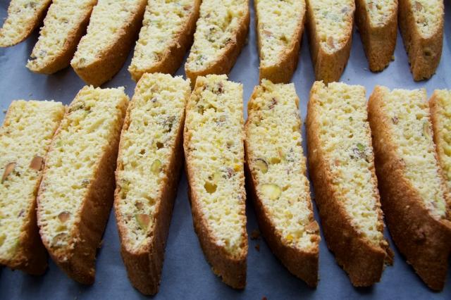 イタリアの焼き菓子「ビスコッティ」にピスタチオとオレンジの皮を加えたレシピの紹介。そのまま食べても、お酒にひたしてもおいしい長期保存可能なお菓子です。毎日の朝食やコーヒーブレイクのお供にも最適。6