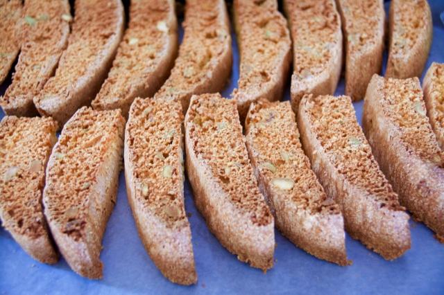 イタリアの焼き菓子「ビスコッティ」にピスタチオとオレンジの皮を加えたレシピの紹介。そのまま食べても、お酒にひたしてもおいしい長期保存可能なお菓子です。毎日の朝食やコーヒーブレイクのお供にも最適。7