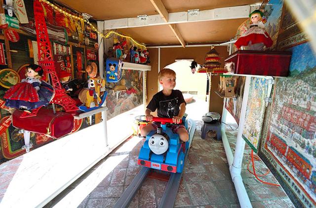 アメリカはカルフォルニア州にお住いおじいさんSteve Dobbsさんは、航空エンジニアとしての知識をフル活用し、裏にはに遊園地「Dobbsland」をつくり上げました。すべては愛する孫のため。自宅の外空間を楽しむという意味では最近流行りの「バルコニスト」にも通づるものがありますね。2