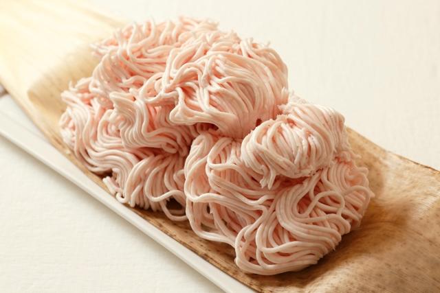 伊勢丹新宿店「I'S MEAT SELECTION」の岩田晴美シェフが教える「禁断のラード」のつくり方。豚肉のうま味だけを取り出したこのラードを使えば、あらゆる家庭料理の味が格段にアップ。出がらしの「そぼろ」も、あるレシピに活用する事ができます。1