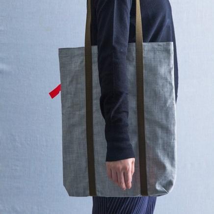 いまや世界的にも有名となった「岡山ブランド」。ヨーロッパ輸出用に作られた高級岡山デニムの余り布を使用したトートバッグは、A3の書類が入る大きなサイズです。_1