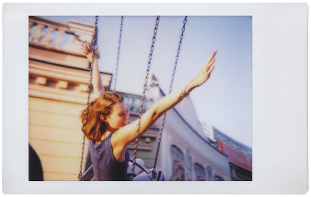 ロモグラフィーの魅力を満喫し、おしゃれでレトロな写真が撮影できるインスタントカメラLomo'Instant Automat_1