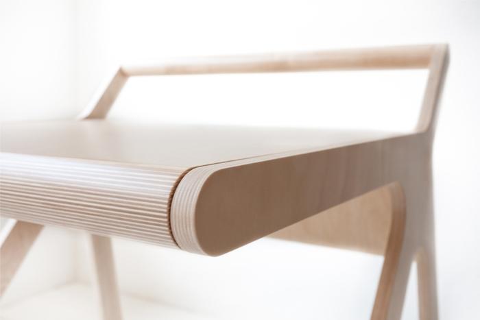子どものための勉強机には見えないと話題になりました。確かに、大人が使ってもなんら違和感のないデザインです。ミニマルデザインの波はついに勉強にまで到達しましたね。「スリープモード」まで付いた便利な机「K desk」は、日本円にして約8万円。