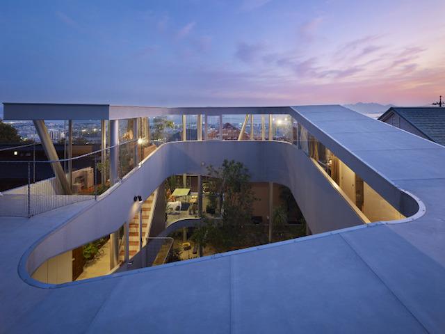 こんな前衛的なデザインの家、いったいどこの国に!? と思った方、じつはこちらは広島なんです。岡田公彦建築設計事務所によるこの住宅、不思議なカタチをしているのには3つの理由があります。ひとつ目はもちろん、瀬戸内海の絶景を毎日眺めるため。そして、防犯上都合が良いことと、将来増築してお店を開くため