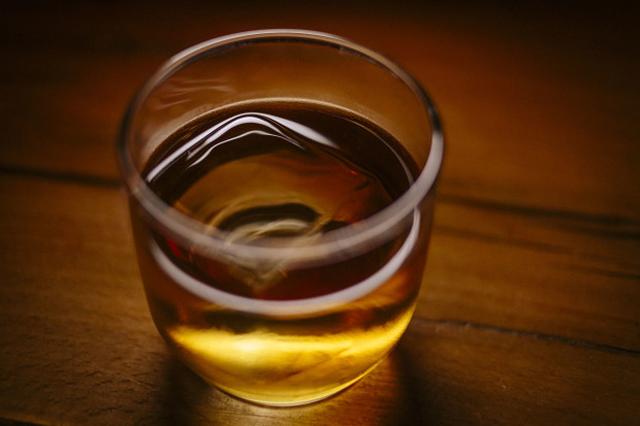 お酒をいれると消えてしまう、クリアすぎる氷が作れる製氷機「OnTheRocks」の紹介です。氷ひとつ変えるだけでラグジュアリーなお酒が楽しめます。「OnTheRocks」の氷はゆっくり溶けるので、お酒をほどよく薄めつつ、冷たさをキープできます。1