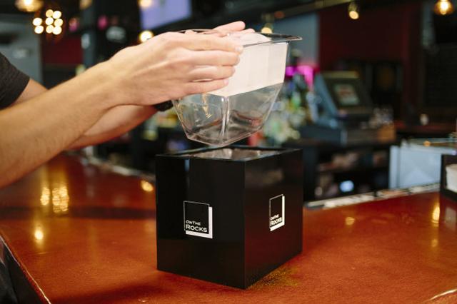お酒をいれると消えてしまう、クリアすぎる氷が作れる製氷機「OnTheRocks」の紹介です。氷ひとつ変えるだけでラグジュアリーなお酒が楽しめます。「OnTheRocks」の氷はゆっくり溶けるので、お酒をほどよく薄めつつ、冷たさをキープできます。3