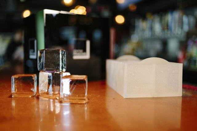 お酒をいれると消えてしまう、クリアすぎる氷が作れる製氷機「OnTheRocks」の紹介です。氷ひとつ変えるだけでラグジュアリーなお酒が楽しめます。「OnTheRocks」の氷はゆっくり溶けるので、お酒をほどよく薄めつつ、冷たさをキープできます。4