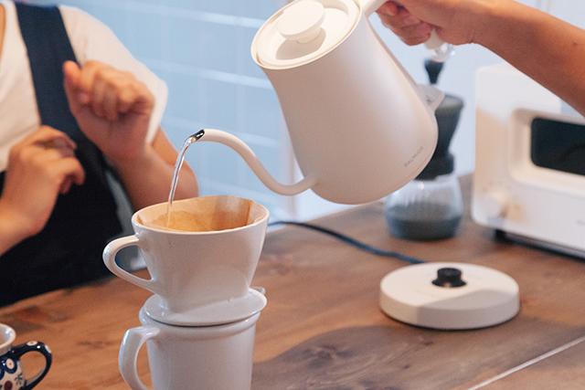 おいしい朝食をアシストする、BALUMUDA(バルミューダ)の新作、コーヒーを淹れるためのポット「BALMUDA The Pot」をレビュー。普通のポットは容量1リットルのものが多いですが、女性向けに作られたこれはコンパクトに600cc。コーヒー2、3杯が入る量で、その分とても軽いんです。7