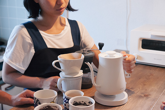 おいしい朝食をアシストする、BALUMUDA(バルミューダ)の新作、コーヒーを淹れるためのポット「BALMUDA The Pot」をレビュー。普通のポットは容量1リットルのものが多いですが、女性向けに作られたこれはコンパクトに600cc。コーヒー2、3杯が入る量で、その分とても軽いんです。4