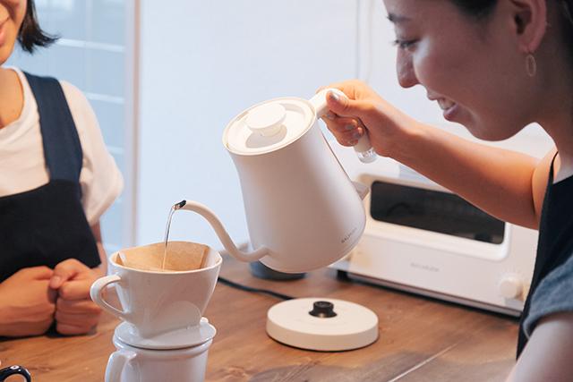 おいしい朝食をアシストする、BALUMUDA(バルミューダ)の新作、コーヒーを淹れるためのポット「BALMUDA The Pot」をレビュー。普通のポットは容量1リットルのものが多いですが、女性向けに作られたこれはコンパクトに600cc。コーヒー2、3杯が入る量で、その分とても軽いんです。6