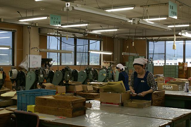 新潟県を拠点にするFD Inc.が、新潟の伝統技術とコラボレーションで制作する「FD STYLEシリーズ」は、機能美を追求したシンプルなデザインとマットブラックのカラーリングが魅力的なキッチンツール。鉄の鍋やオロシなど、料理はツールからこだわりたい人にオススメです。13