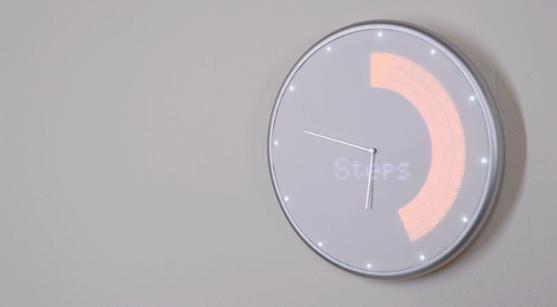 天気情報の通知や会議スケジュールのリマインド、Uberのアラートも行う掛け時計「Glance Clock」を紹介します。スマホと同期して、文字盤の背景にあるLEDライトがアニメーション表示で通知。フィットネスの目標を可視化するなど、トレーニングのサポートもこなします。トレーニングのサポートもこなします。