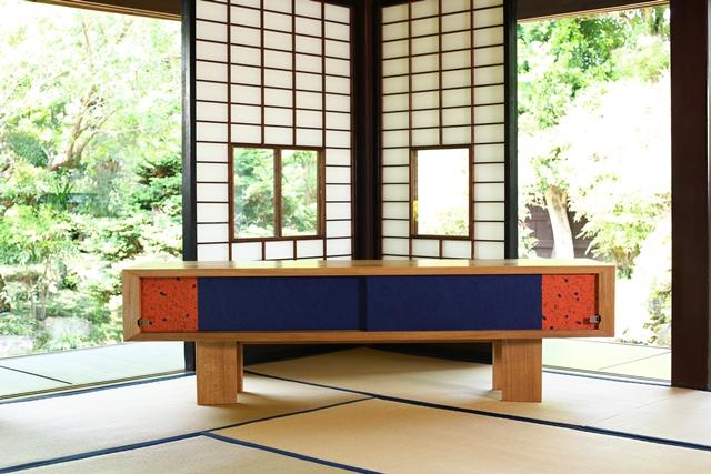 住まいの欧米化が進む日本。最近では和室の良さが見直され、洋室に和室を設けたり、障子や襖(ふすま)を間仕切りに取り入れたりと再び注目を集めています。そこでおすすめなのが襖の技術を家具に取り入れた和風創作家具「fuscoma」。粋な和モダン世界をお楽しみあれ。