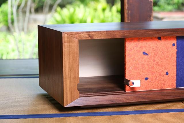 住まいの欧米化が進む日本。最近では和室の良さが見直され、洋室に和室を設けたり、障子や襖(ふすま)を間仕切りに取り入れたりと再び注目を集めています。そこでおすすめなのが襖の技術を家具に取り入れた和風創作家具「fuscoma」。粋な和モダン世界をお楽しみあれ。敷居、鴨居を用いています。
