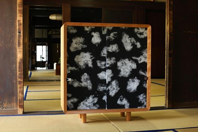 住まいの欧米化が進む日本。最近では和室の良さが見直され、洋室に和室を設けたり、障子や襖(ふすま)を間仕切りに取り入れたりと再び注目を集めています。そこでおすすめなのが襖の技術を家具に取り入れた和風創作家具「fuscoma」。粋な和モダン世界をお楽しみあれ。インテリアに合わせて自由に組み合わせをできます。