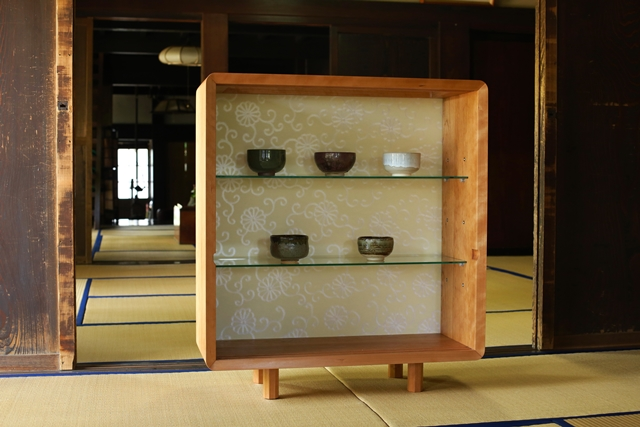 住まいの欧米化が進む日本。最近では和室の良さが見直され、洋室に和室を設けたり、障子や襖(ふすま)を間仕切りに取り入れたりと再び注目を集めています。そこでおすすめなのが襖の技術を家具に取り入れた和風創作家具「fuscoma」。粋な和モダン世界をお楽しみあれ。戸を外せばディスプレイにもなります。