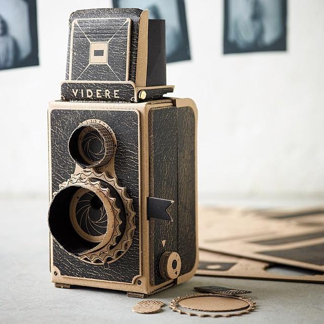簡単にトイカメラがDIYで作れてしまう工作キット「The Pop-up Pinhole」の「VIREDE」と「VITTY」をご紹介。段ボールでレトロなカメラが作れます。