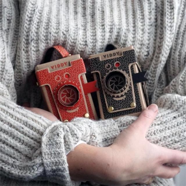 簡単にトイカメラがDIYで作れてしまう工作キット「The Pop-up Pinhole」の「VIREDE」と「VITTY」をご紹介。クリスマスプレゼントとしても良いです。