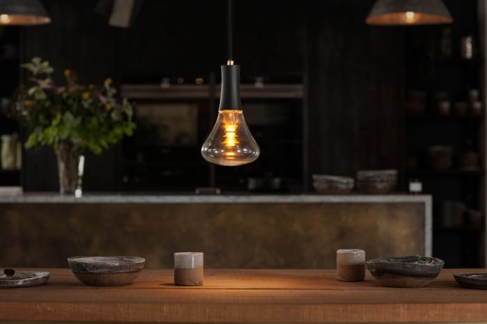 この制作のためにリクルートした宝石職人が、電球の中心に傘を重ねエレガントで工芸的なデザインを追求した、PLUMENの新型電球「PLUMEN 003 LED LIGHT BULB」を紹介。周辺にほんわかした優しい灯りを演出してくれるプロダクトです。現在はプレオーダー中です。