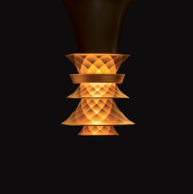 この制作のためにリクルートした宝石職人が、電球の中心に傘を重ねエレガントで工芸的なデザインを追求した、PLUMENの新型電球「PLUMEN 003 LED LIGHT BULB」を紹介。周辺にほんわかした優しい灯りを演出してくれるプロダクトです。どことなく白熱電球のような雰囲気です。