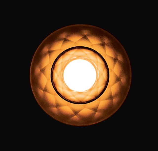 この制作のためにリクルートした宝石職人が、電球の中心に傘を重ねエレガントで工芸的なデザインを追求した、PLUMENの新型電球「PLUMEN 003 LED LIGHT BULB」を紹介。周辺にほんわかした優しい灯りを演出してくれるプロダクトです。LED仕様なので、1万時間使用できます。