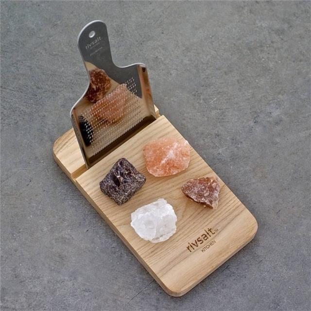 スウェーデン発の「rivsalt」は、岩塩とおろし器で食卓をおしゃれに彩ります。おろし器と岩塩を持ち、削って使うだけ。熱々のお料理に使っても、湿気で固まってしまう心配もなく、いつでもフレッシュな塩の味が楽しめます。ちょっとしたプレゼントにもオススメです。塩の種類はたくさん。