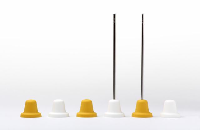 ベル型の氷が作れる「Ice Bell」を紹介します。京都を拠点に世界でも活躍するプロダクトデザイナー福定良佑さんが音色や響きなどをテーマにしたデザインブランド「Timbre」のためにデザインしました。製氷トレイとスタンド付きのマドラーです。飲み物に氷を浮かべると、カランコロンという済んだ音が響きます。