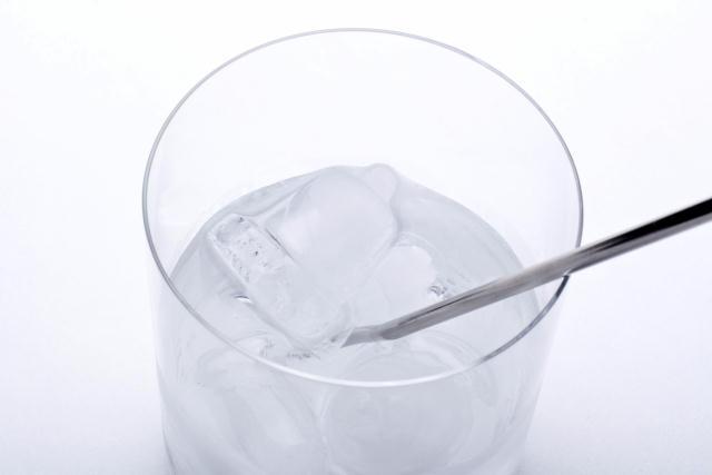 ベル型の氷が作れる「Ice Bell」を紹介します。京都を拠点に世界でも活躍するプロダクトデザイナー福定良佑さんが音色や響きなどをテーマにしたデザインブランド「Timbre」のためにデザインしました。製氷トレイとスタンド付きのマドラーです。マドラーで氷の音を楽しむところまでが「Ice Bell」のコンセプトです。
