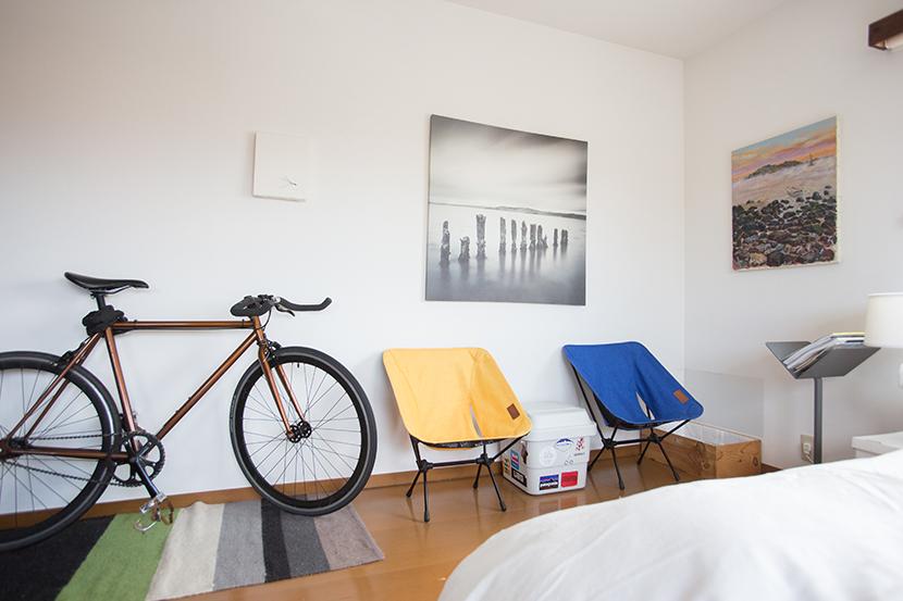 家を充実させてくれるおしゃれで便利なアウトドアグッズを、ルーミーの部屋取材で登場したアイテムから紹介します。「コールマン」のチェアや「ALITE」のチェア、「ロッジ」のスキレット、「スノーピーク」のローチェア、ハンモック、IKEAの「整理ボックス」など。グランピングにもどうぞ。1