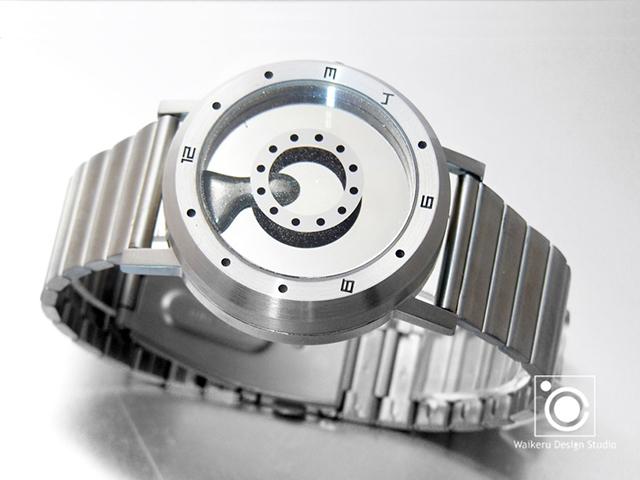 「LM watch(Liquid Metal Watch)」は、世界で初めて「液体金属」を自由に操って時間を表示する時計。「他の人とは違う時計を身につけたい」思いを叶えるべく、究極のオリジナリティを目指して時計を作っているのがWaikeru Design Studio。3