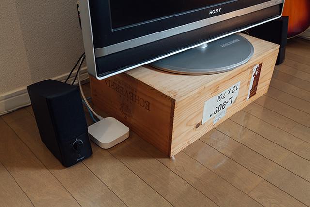 「いつか、使えるかも!」と山積みになっている箱や、すぐたまっしまう靴箱など、すっきり配置するためのテクニックをroomieの部屋取材の中からご紹介。ワイン箱や靴箱、リンゴ箱など、あらゆる箱を有効に配置しています。普通のテレビ台はデザインが気に入らなかったという東京都港区の瓜田さん。もらってきたワイン箱をテレビ台に。<br>